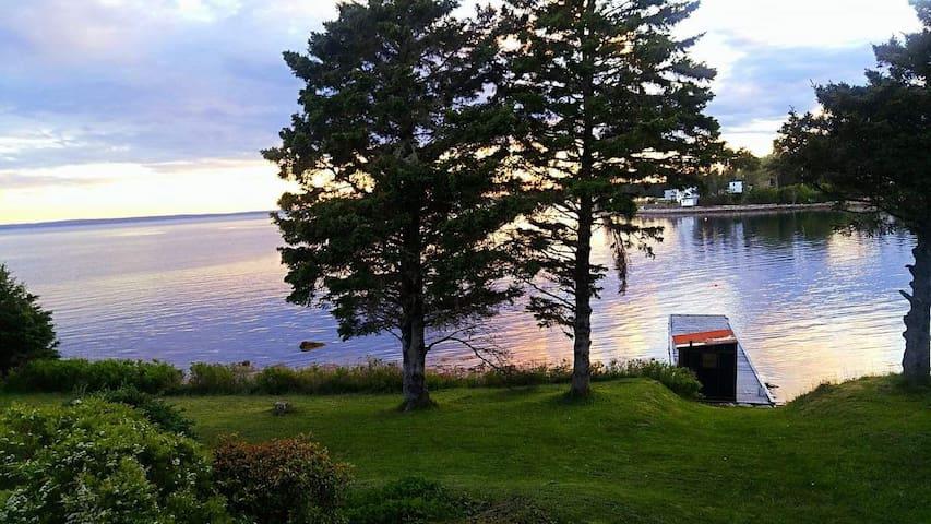 Beautiful, Cozy, Quiet, Oceanside Cottage w/ Dock.
