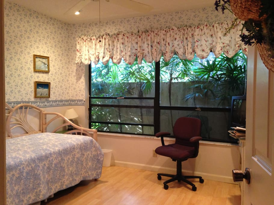 Bright bedroom with daybed houses for rent in wellington for 11x11 bedroom
