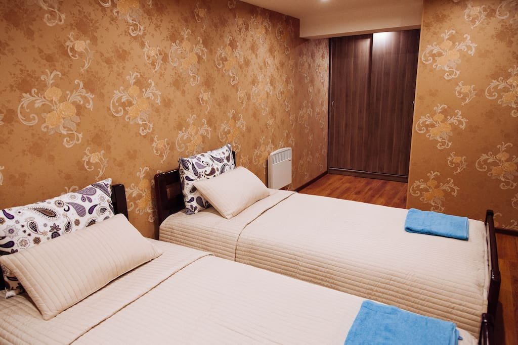 Второй этаж.  Спальня. Вид от двери на шкаф и вход в санузел.