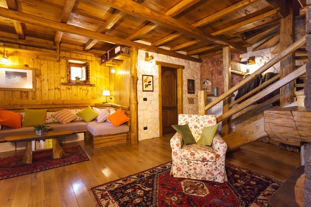 Gli ospiti possono soggiornare negli ambienti comuni della casa: sala tv con camino, ampia sala colazione, grande terrazza esterna con vista mare.