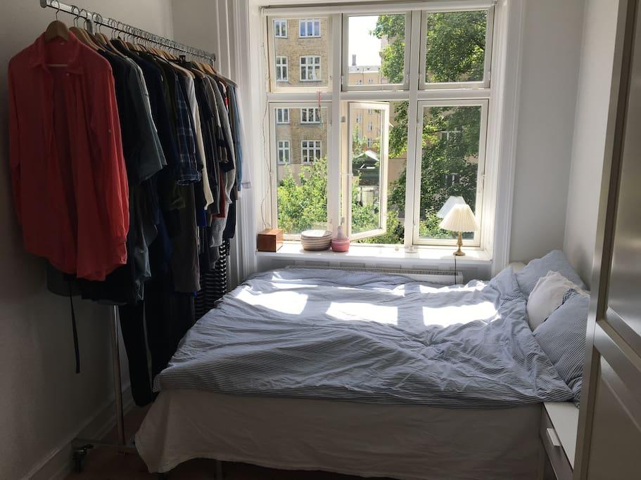 Soveværelse ud til fredelig gårdhave