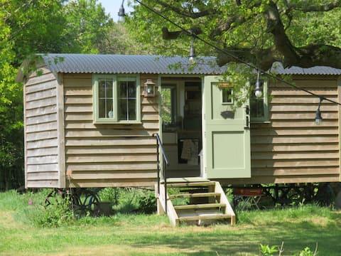 Shepherds Hut with Hot Tub in Rural Warwickshire