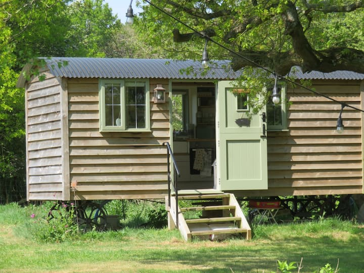 Shepherds Hut with Hot Tub in Rural Warwickshire