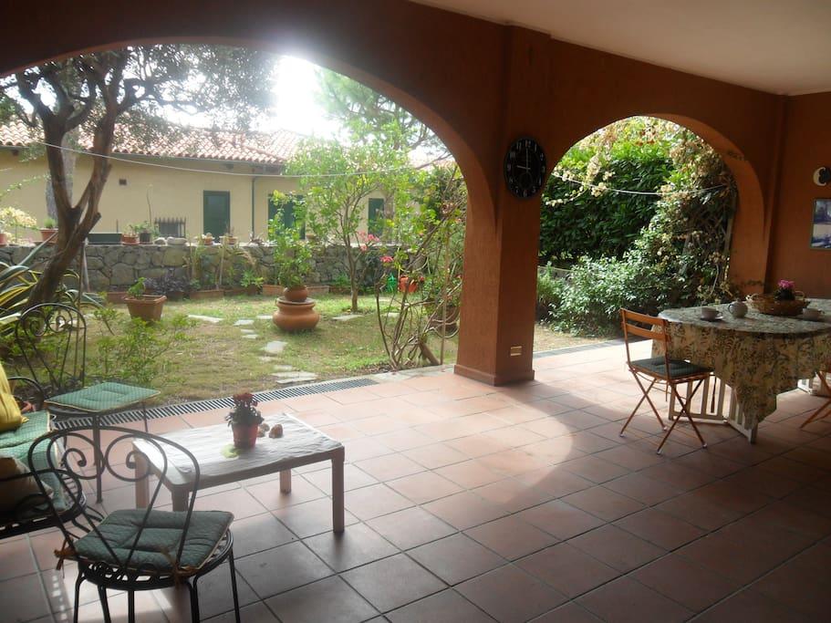Ampio patio e giardino Open area and private garden
