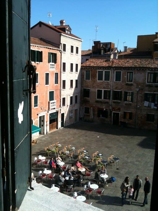 Vista su Campo Santa Margherita dalla camera  Vue sur le Campo S. Margherita depuis la chambre