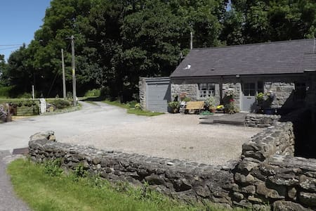 Riverside cottage near to beaches - Trefor