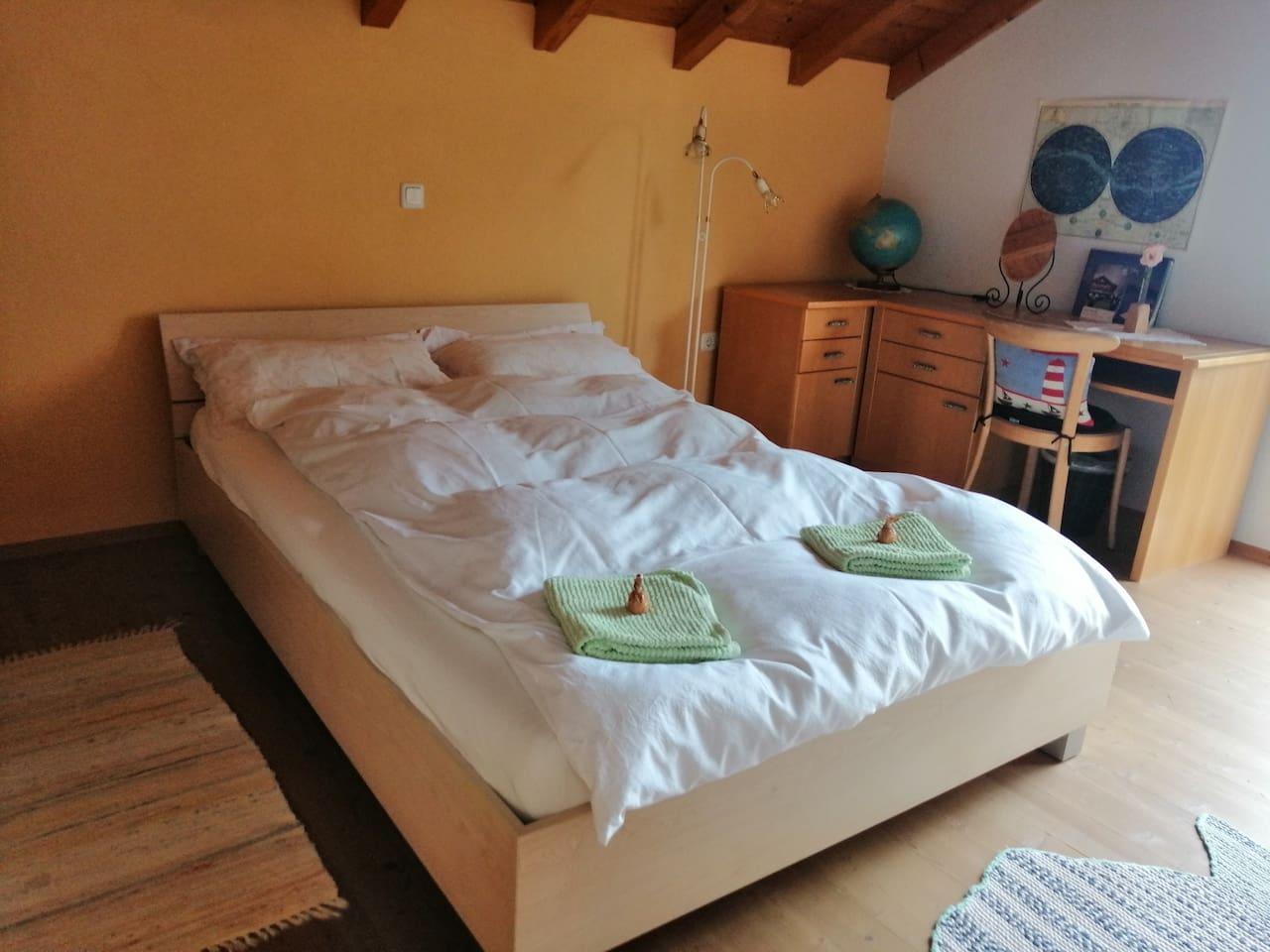 Ein Doppelbettzimmer
