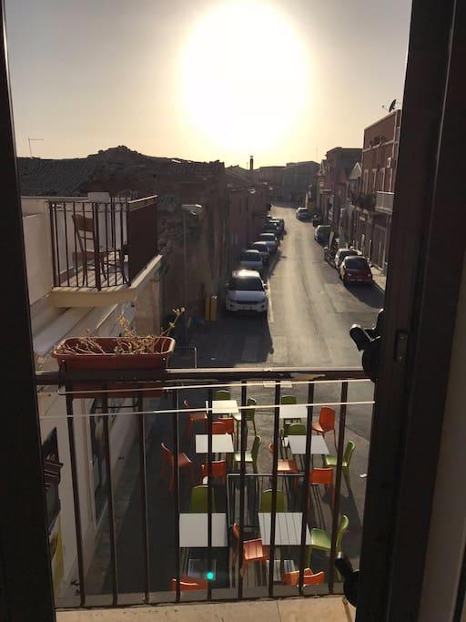 balcone sulla strada principale