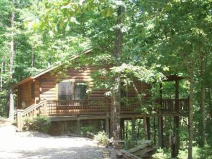 Mountain Log Cabin w/Private Hot Tub!