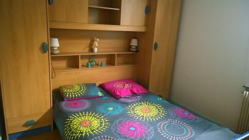Chambre avec lit 140 et placard penderie donnant sur jardin