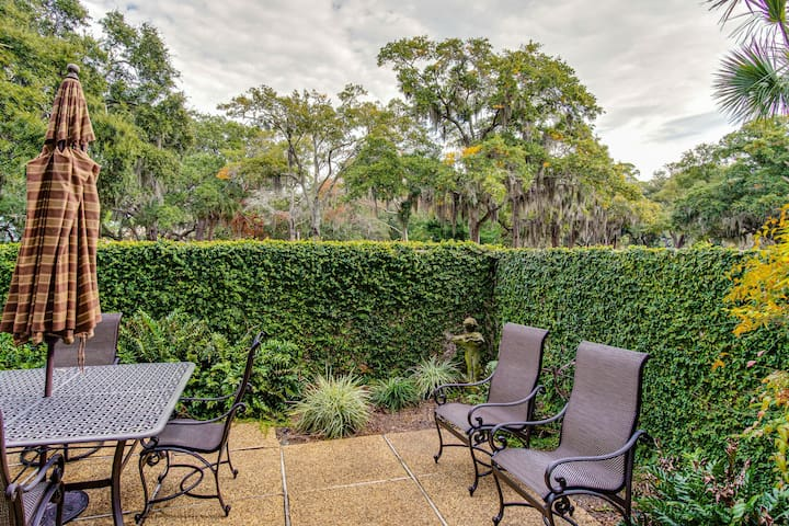 Adorable Hilton Head condo w/ a full kitchen, furnished patio, & shared pool