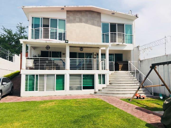 Hermosa casa en Tequesquitengo muy amplia.