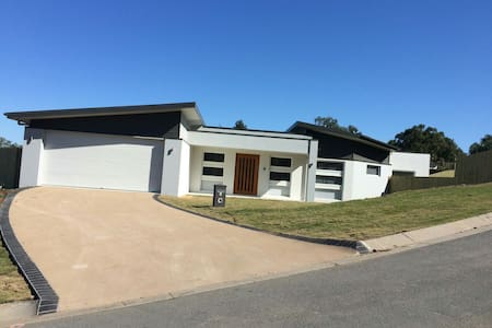 Brand new home-great views and pool - Anstead