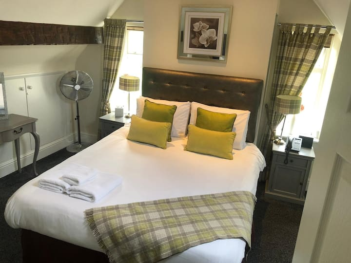 Cosy Double room in Derbyshire hotel - Free Bkfast