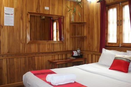 Standard double bedroom 09