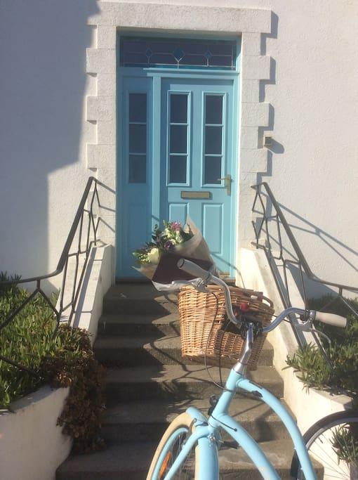 blue door,