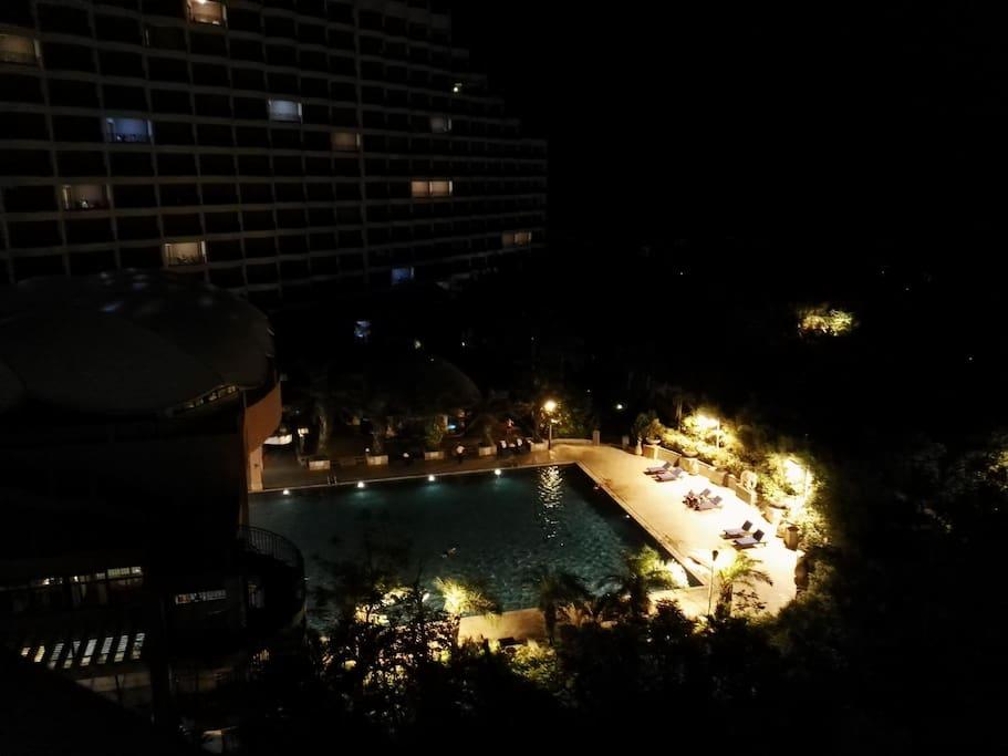 晚上的泳池