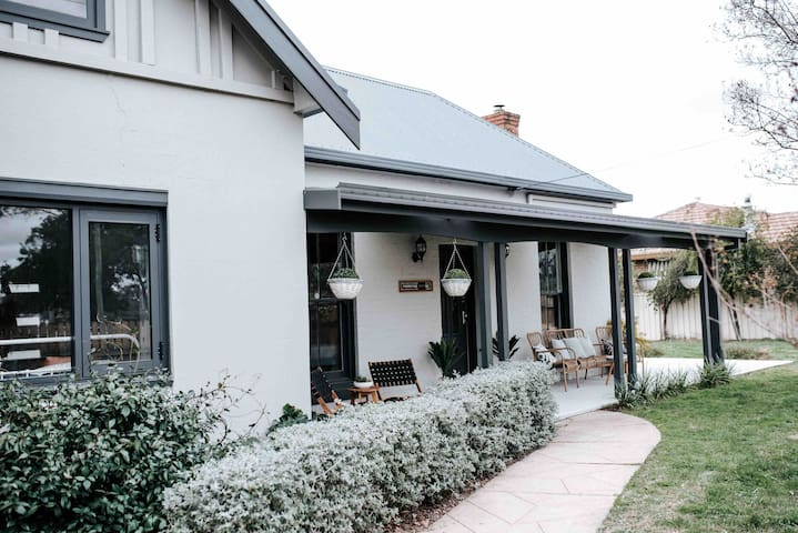 Normandie Cottage Mudgee - a 1930s home in town