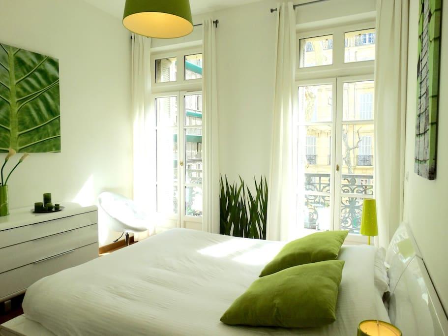 Grand chambre sur balcon lumineuse lit Large. Bain et douche