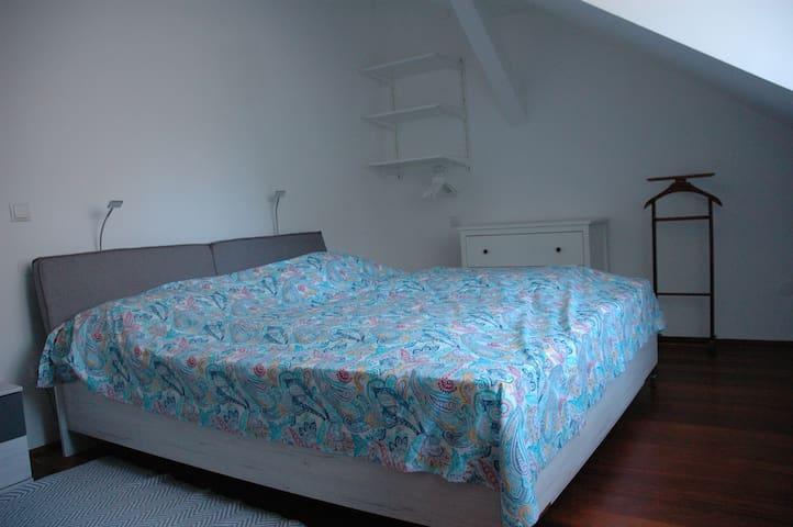 Schlafzimmer 2: modernes Doppelbett mit getrennten Matratzen