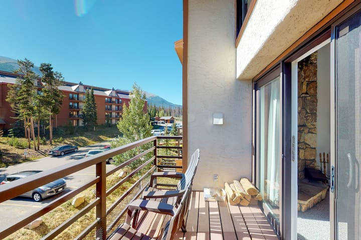 Lofted condo w/ amazing view & shared hot tub, pool, sauna & game room!
