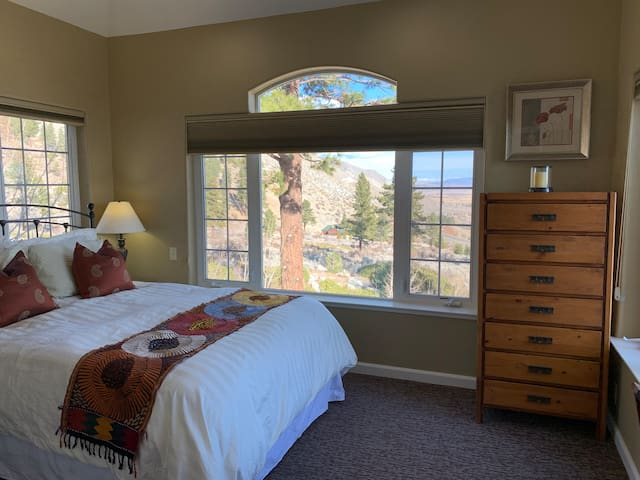 Master bedroom, queen size bed, awesome valley views!