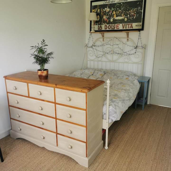 Bright airy room in the middle of Frome town