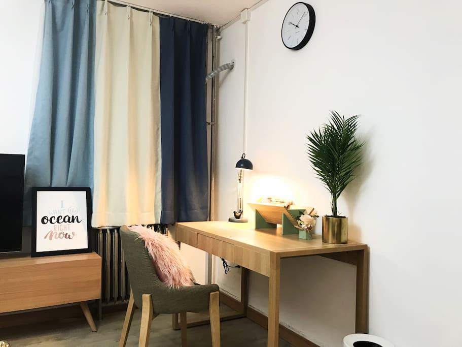 主卧的一侧是工作区,俏皮的书架,花艺摆件,让你工作读书也能有好心情的陪伴。
