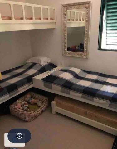 Quarto de solteiro com 4 camas