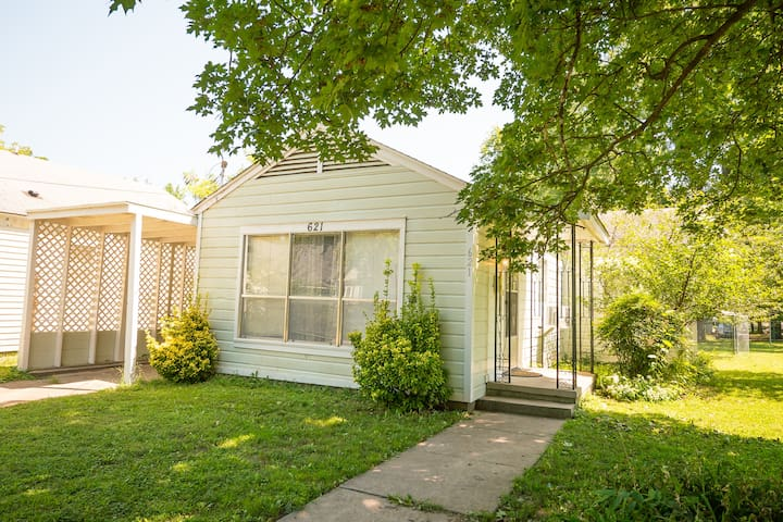 Close to Everything - Cottage in Downtown Rogers