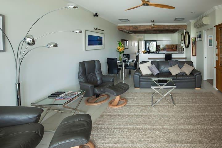 Luxury 2 Bedroom Deluxe Oceanfront Apartment