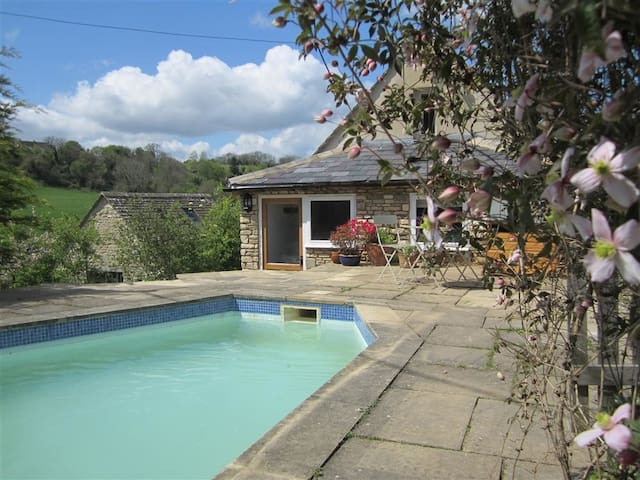 SHROVE, character holiday cottage, with pool in Chedworth, Ref 988617