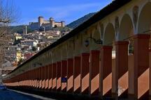 Portico di Loreto, un portico di ben 300 metri con 81 arcate e 82 colonne. Un lungo camminamento riparato dalle intemperie per portare i credenti dalla città, dalla porta di Loreto fino alla chiesa della Madonna di Loreto.