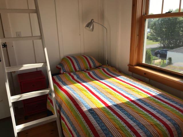 Sweet little single bedroom