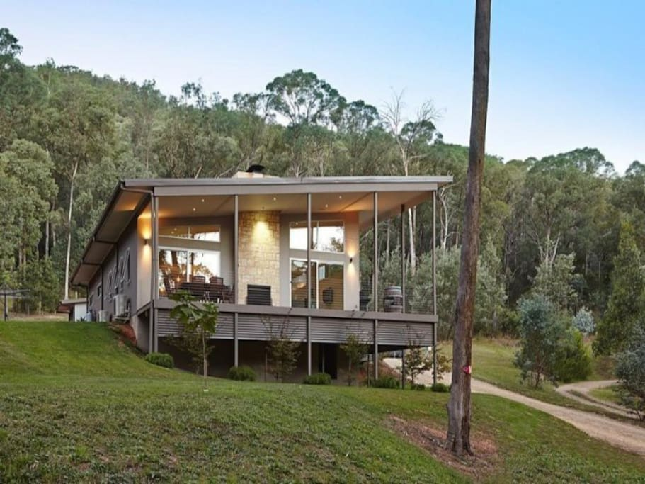 Located 8 min walk from Bright brewery/cafes, on 4000m2 of natural wooded surrounds