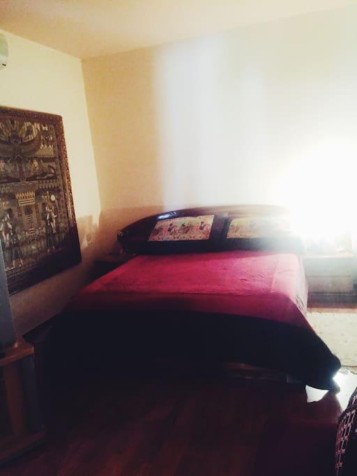 Confort d'une grande chambre à coucher, lit king size