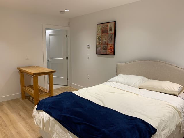 Modern Studio with Private Entrance, 1 Bed & Bath