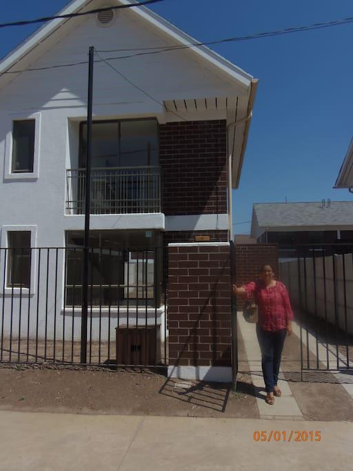 La casa tiene dos pisos. El primero tiene el living, comedor y cocina y un baño. El segundo piso tiene 2 piezas 2 baños y 1 pieza de escritorio.