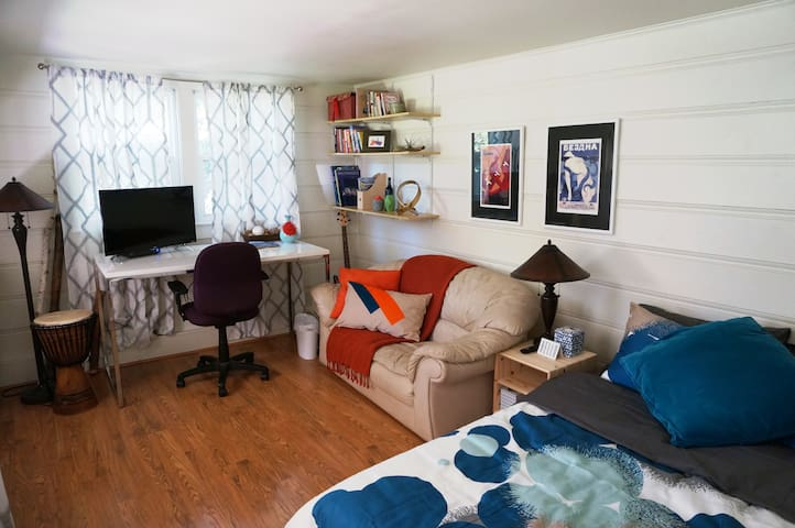 Cozy, private cottage, walk to downtown/Caltrain