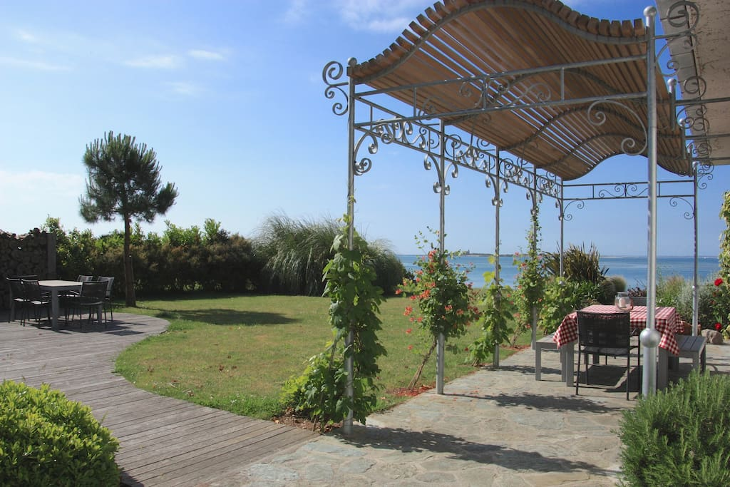 Garden with outside dining under the pergola