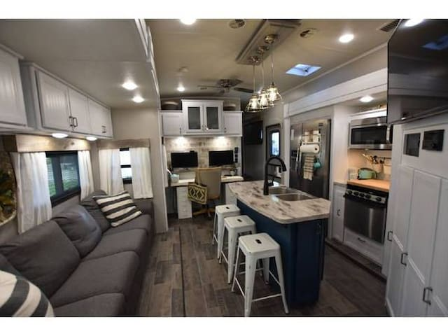 Beautiful New RV 5 Beds