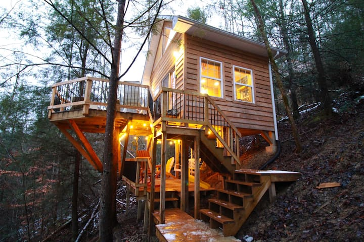 PRIVATE romantic TREEHOUSE ★ The Lions Lair