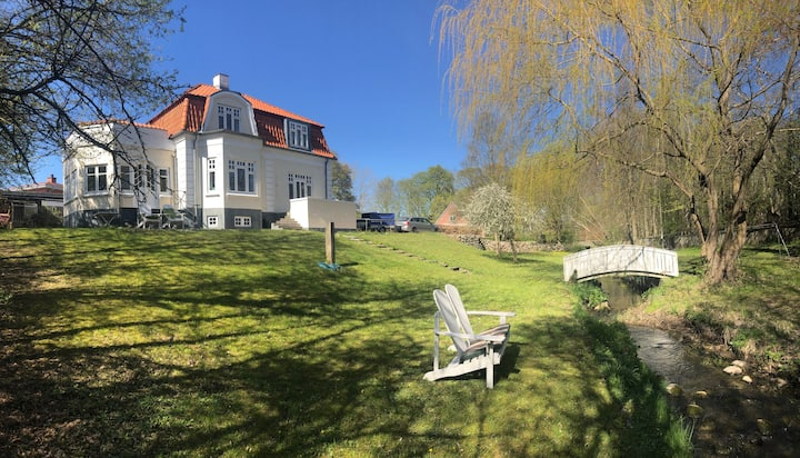 Klassisk villa med eget vandløb i haven