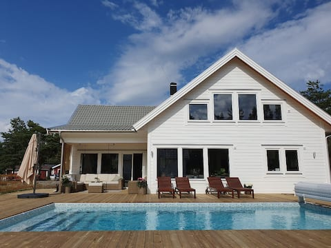 New villa with pool in a nature friendly area
