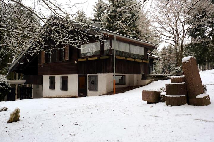 Casa de bosque con piscina interior y sauna