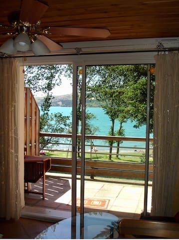 Magnifique studio pied du lac, 50 m de la plage