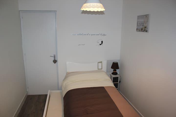Petite chambre couchage deux personnes 90x 200( lit gigogne)