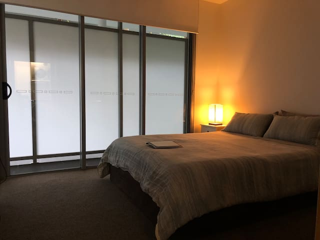 Walk to QUT! Private Bed & Bath w/AC + Gym & Pool