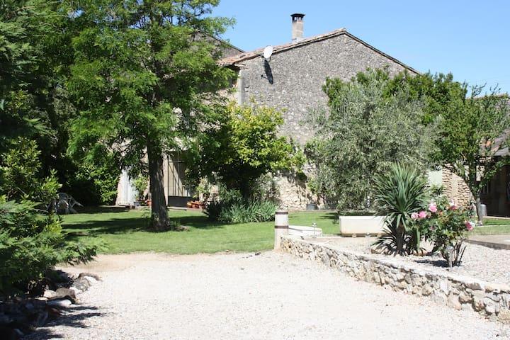 Chambres dans Mas provençal sur 10000m² de terrain - Sénas - Casa