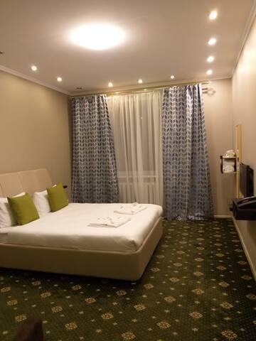 номер №3, двухместный стандарт с кроватью кинг сайз и общей ванной комнатой.